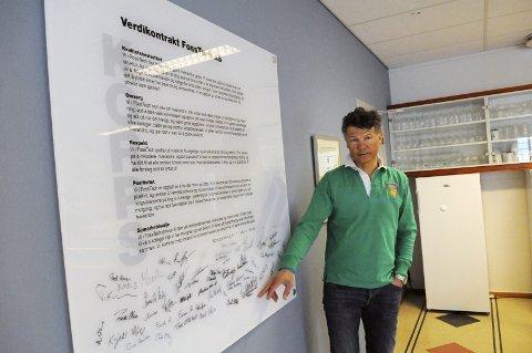 SETTER PRIS PÅ MEDARBEIDERNE: Steven Foss, daglig leder i Fosstech, understreker hvor viktig alle medarbeidernes innsats er. I kantina til Fosstech henger tavla med bedriftens kjerneverdier, signert av alle de ansatte.