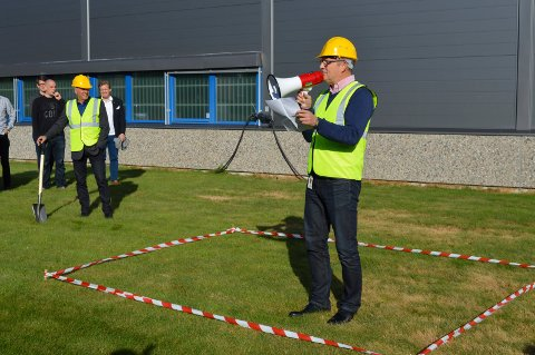 MED ROPERT: Konksernsjef i Komplett Group, Ole Vinje, markerte første spadestikk for nybygget på Østre Kullerød.