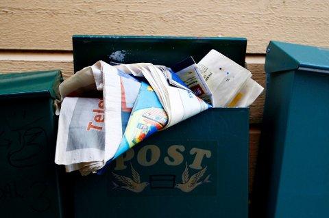 2007 Postkasser på vegg. Postkasse full av post. Overfylt postkasse. Omadressering av post og aviser i ferien.  Foto: Sara Johannessen / SCANPIX
