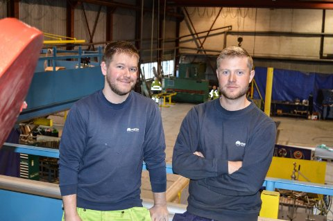 PÅ RETT HYLLE: Georg Andre Poverud (t.v.) fra Tønsberg og Joakim Iversen fra Sandefjord stortrives i verkstedhallen på Pindsle. Og de har tro på framtida.