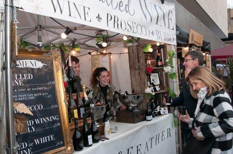 GLØGGE TYPER: Eva Tierney og Matthew Jordan selger «mulled wine» til de gløggtørste.