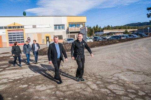 Fabrikksjef Jan Åge Søderlind (t.v.) ga Tore Hansen og de andre gjestene en rundtur på Steni fredag. Bak: Gillian Hockly (t.v.), Knut Olav Omholt og Dag Trygve Enden. (Foto: Lasse Nordheim)