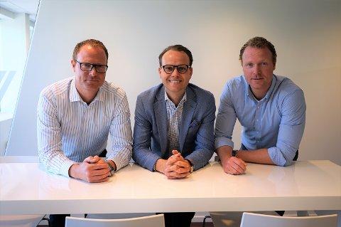 OPPKJØP AV NYTT SELSKAP:  Og to nye medarbeidere til EM 1 Næring: F.v. Ola S. Carlsen, daglig leder Morten Kjeldby, og Petter S. Carlsen.