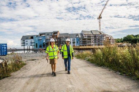 SJØPARKEN: Daglig leder Cecilie Sanden og eier Petter Grendahl i Agnes Utvikling kan glede seg over godt leilighetssalg og millionoverskudd i fjor. Foto: Lasse Nordheim