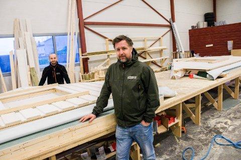 VERDIFULL AVTALE: Daglig leder Hans Kristiansen (foran) og fabrikksjef Adam Kukielka ved Østlandsgarasjen AS kan glede seg over at garasjene deres nå blir å finne hos Maxbo. Foto: Lasse Nordheim