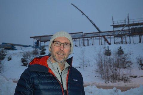 SUKSESSBEDRIFT: Rune Kjeldsen gleder seg til nybygget bak ham kan tas i bruk i juni. Da blir det enda mer rom for lidenskapen friluftsliv.