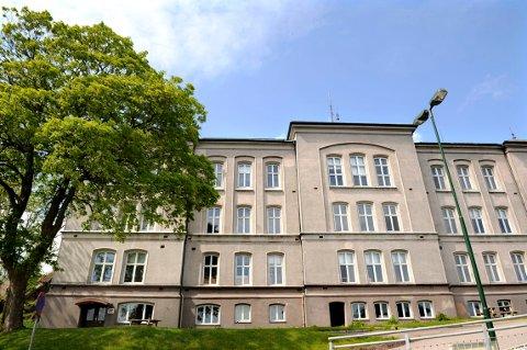 LYS I VINDUENE: Slottsfjellskolen fylles opp. Per i dag står 18 leietakere oppført på lista.