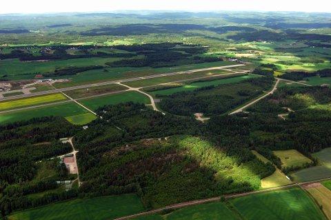 VESTRE STAVNUM: Dette området, øst for Torp flyplass, er ett av stedene hvor det anbefales videre utredning for togparkering.