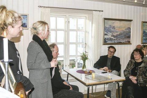 Snakket varmt om kabaret: Kultursjef Ellen Knutsen (2 f.v.) hadde mye godt å si om «Cabaret for øyeblikket» som Nina Egeberg Eitrheim (1 f.v.) er en del av. Stykket er skrevet at Kristen Grødem, som Knutsen innledet et samarbeid med.  Begge foto: Staale Reier Guttormsen