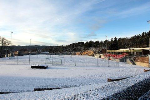 Akkurat nå ligger det et isolerende lag snø på kunstgressbanen. Barfrost er det verre.