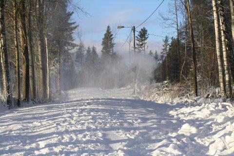 NÅ KOMMER SNØEN: Skientusiaster kan glede seg, for nå kommer snøen i Drøbak. DFI Langrenn starter snøproduksjon i kveld.