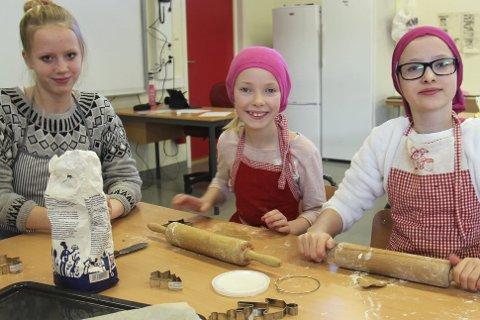 Pepperkaker: Tidlig mandag morgen var disse godt i gang med bakingen. Fra venstre Camilla Ulvestad, Nora Sofie Botilsrud Andersen og Anniken Brodin.Alle foto: Ole Jonny Johansen