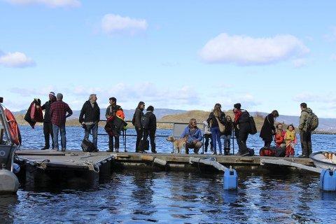 Ut på tokt: – Klarer vi å rense øya for små plastbiter, kan vi ha reddet mange sjøfugl, sa Lars Dalen til deltakerne på strandrydding i 2015. Her på Alværn brygge før ferden gikk til Stor-Steila. Alle foto: Mariann L. DahleS