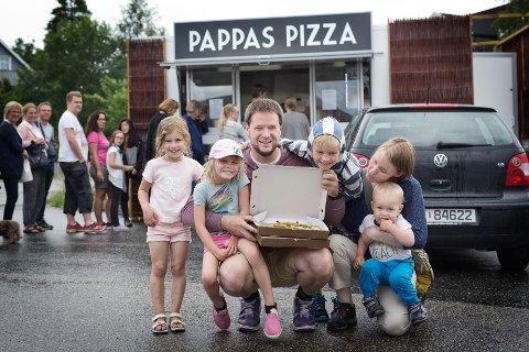 GLEDET SEG TIL PIZZA: Eirik Knudsen, Torunn Knudsen og barna Aida og Gabriel gledet seg til pizza onsdag. ALLE FOTO: Hans Haugstad
