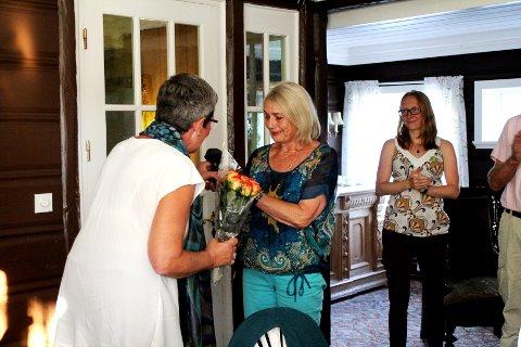 RØRT: Astrid Urbye ble overrasket da det ble erklært at det var henne som fikk årets stå-på prisen.