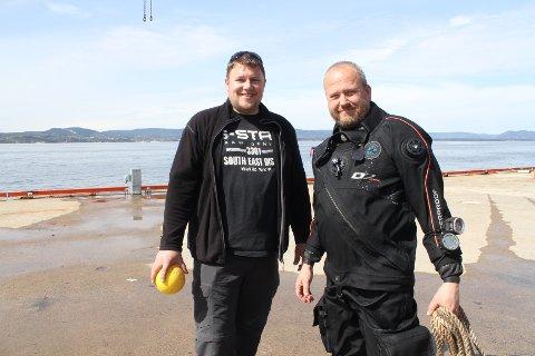 MYE Å GJØRE: Hans Kristian Arnstad og Lars Dalen fra Marinreparatørene i aksjon under den store strandryddedagen denne våren.