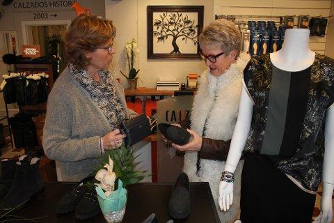 Kari Mette Rolfsen i Calzado hjelper kunde Kirsten Ravne Bugten med å finne matchende sko og veske.