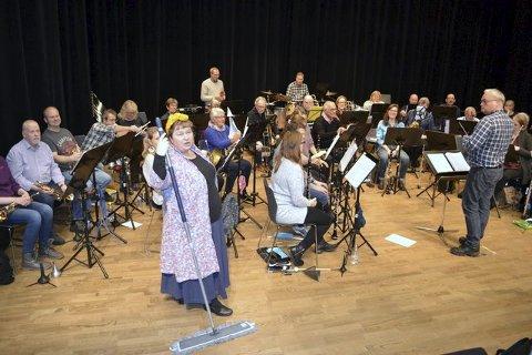 Ny musikant: Drøbak musikkorps har denne gang fått tilskudd av skuespiller Cathrine Langlie. Foto: Privat