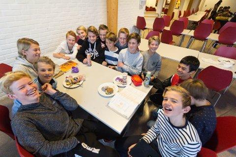 Denne gjengen er klar på hva de synes om mobilfri skole på Seiersten: Nei takk!