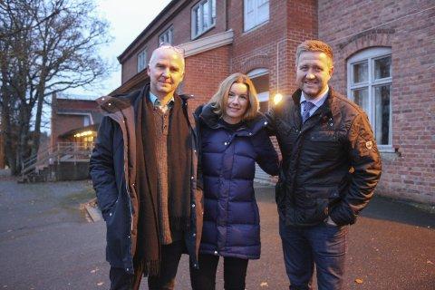 Trio: MDGs Øyvind Solum, Cathrine Kjenner Forsland (Ap) og Truls Wickholm (Ap) utenfor Berger skole med gode nyheter fredag morgen. foto:henriette slaatsveen