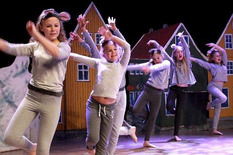 Dansere: – Jeg gleder meg skikkelig, sier Simone Norås (nr. 2 fra v).