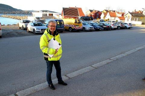 Terje Sandberg forklarer at det blir etablert en midlertidig bussnuplass på Hamborgstranda, bak han i bildet, slik at parkeringsplassene her blir borte fram til byggingen på Lehmannsbrygga er ferdig. Da tilbakeføres parkeringsplassene her.