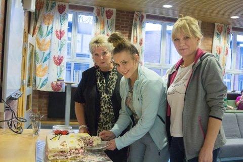 Elin Danielsen, Morawska Natalia og Eva Kukurowska fikk oppmerksomhet i form av en stor marsipankake på renholdernes dag.