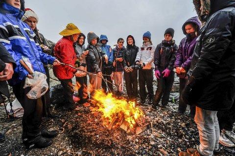 Varmt: Tørre klær etter et kaldt bad og en tur bort til bålet for å grille pølser var noe av det som sto på timeplanen for ungdomsskoleelevene fra Ås. Alle foto:  Ole Christian Eklund