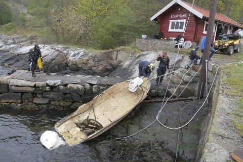 Båter forurenser: Her har Marinreparatørene fått opp en båt som lå sunket utenfor Flaskebekk.Foto: Marinreparatørene