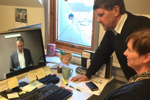 Journalistene Ole Jonny Johansen og Kjersti Sandnes følger med på pressekonferansen som avslører Amtas nye eiere.