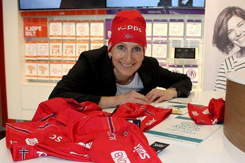 Banksjef Britt Øvretvedt i DnB vil gi bort skiskytterluer hvis du lover å vippse penger til Røde Kors.