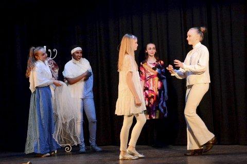 Romeo og Julie: Fra venstre: Cornelia Kvasnes Wengen, Samira Said Ali, Maren Kristensen, Agathe Lidtveit Fossum og Thilde Sæther. Begge foto: Petter Rustad