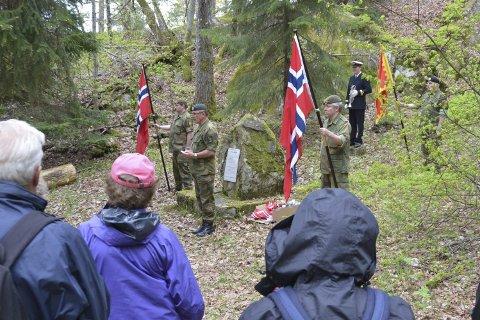 Verdig: Kommandant Kirnes ved minnesteinen på Håøya. Bildet er fra 2014.