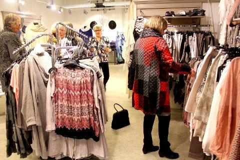 Ifølge Statistisk Sentralbyrå handler vi nå mer i egen kommune. Illustrasjonsbilde fra butikkhandel etter moteshowet i Drøbak nylig, hvor sentrumsbutikkene viser fram vår- og sommerkolleksjonene for å booste salget.