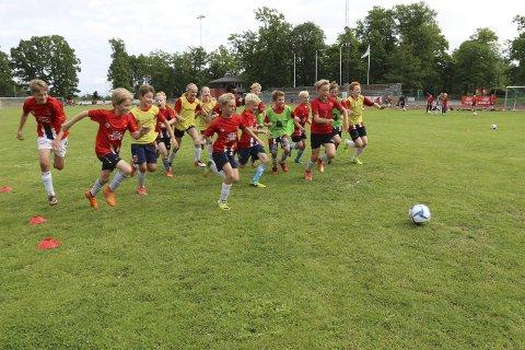 Lek med ball: På fotballskolen er det ikke bare terping på posisjoner og taktikker. Her står også lek med ball i fokus. alle foto: Henriette slaatsveen