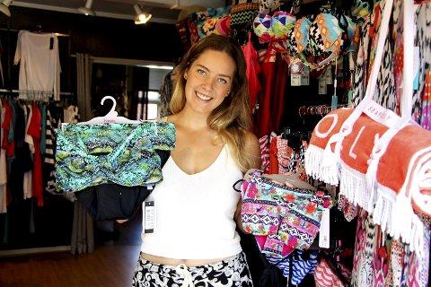 Mange slag: Bikinimodellen til venstre velges ofte av voksne kvinner, den andre lokker de yngre. Hannah Strøm-Pedersen viser.