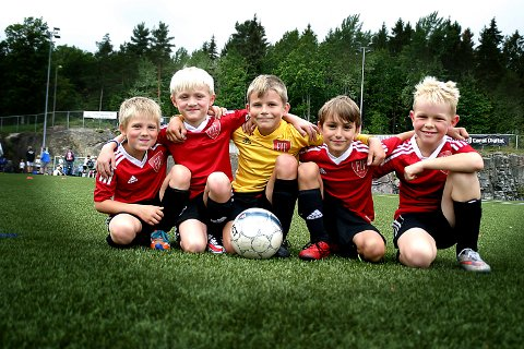 FIF blå 08: Theo Gulbjørnrud, Philip Krohn Haldorsen, Sander Bjørdal, Felix Hafsøe Nilsen og Andreas Brede Faye går «litt» på skole, trener mye og går turer når de ikke spiller fotball.