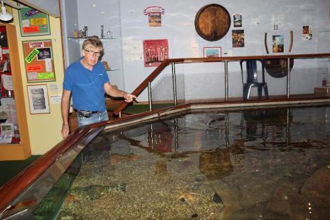 Klaus Bareksten ved akvariet der seien ble stjålet fra.