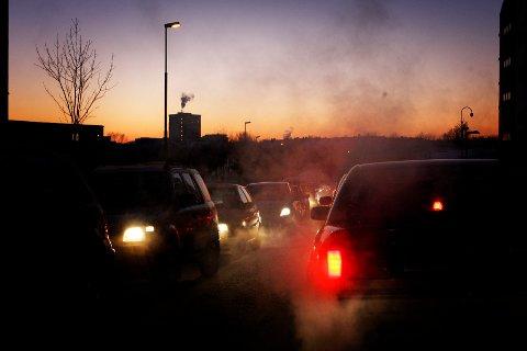 Oslo  20100113. Illustrasjonsbilde på forurensing i rush-trafikken. Biler i kø, eksos, soloppgang / solnedgang. Foto: Håkon Mosvold Larsen / SCANPIX