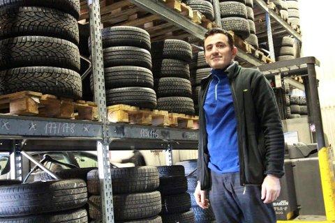 VENTER PÅGANG:  Vi har  dekk for 850 biler på vårt dekkhotell, sier Hassan Abdullah. FOTO: Ole Jonny Johansen