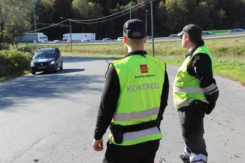 KONTROLL: I flere timer torsdag sto disse karene fra Statens vegvesen og kontrollerte biler. Bildet er tatt i nordenden av Årungen mandag ettermiddag. I bakgrunnen sees køen på E6. FOTO: Ole Jonny Johansen