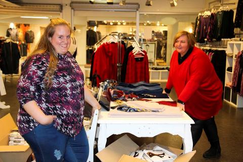FÅR SKRYT: Stine Bergan (t.v.) og Marit Forsberg forteller om stor pågang av damer som vil kjøpe klær i store størrelser. FOTO: Ole Jonny Johansen