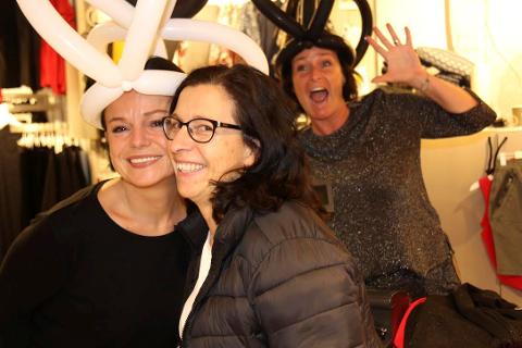 GLADE DAMER: Hos B.Young var stemningen på topp hos disse damene.  Fra venstre Jane Røstgård, kunden Oddrun Bøhlerengen og Bente Furu. FOTO: Ole Jonny Johansen