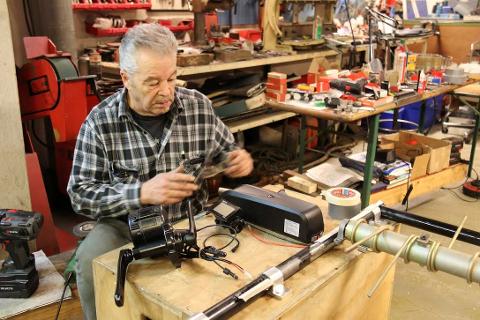 OMBYGGING: Martin Schanche studerer delene han skal montere på en gammel sykkel for å få den elektrisk. BEGGE FOTO: Ole Jonny Johansen
