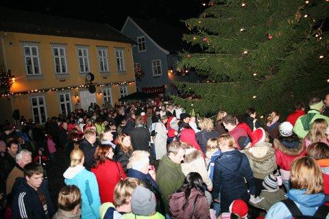 Hyggelig tradisjon: Med gode værutsikter kan det bli en riktig så trivelig julegrantenning søndag ettermiddag. Arkivfoto