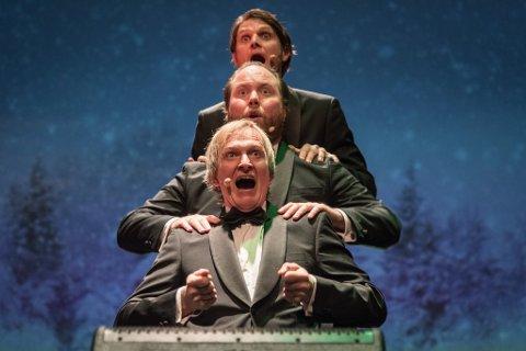GLADE JUL: Jeg kan bare innrømme at jeg er veldig glad i julen, om det er på veien med gjengen i Tenorane eller hjemme sammen med familien, sier Henrik Hundsnes, på bildet stående bak kollegane i et av deres mange julekonserter.