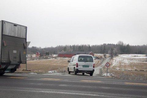 En mann ble frikjent i tingretten etter å ha blitt tiltalt for å ha kastet fra seg 50 gram opium i veikanten ved E18 gjennom Ski. Bilene eller bygningene på bildet har ikke noe med saken å gjøre.