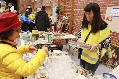 Populært: Marianne T. Kivijervi solgte glass og porselen på loppemarkedet på Seiersten. Se flere bilder på amta.no.