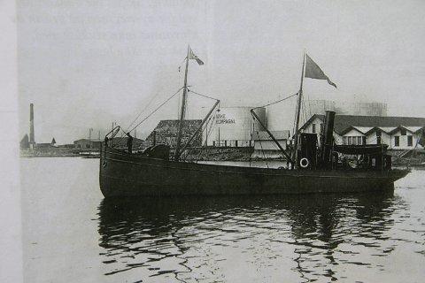 VELKJENT: Lastebåten «D/S Petrolea» var den første lille lastebåten som kom til Steilene, bygd i 1894 ved Fredrik Mek. Verksted. ALLE FOTO: «Våre fire oljeanlegg»