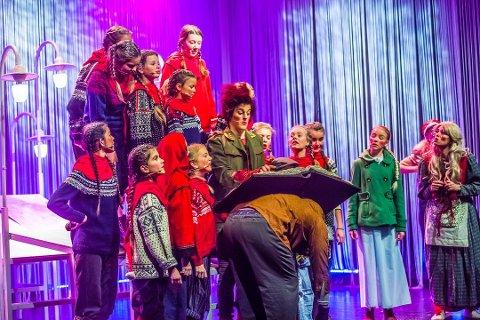NISSELAND: Philip Bøckmann (i midten) søker etter barn og unge til juleforestillingen «Natt i Nisseland» som skal spilles over deler av Østlandet.